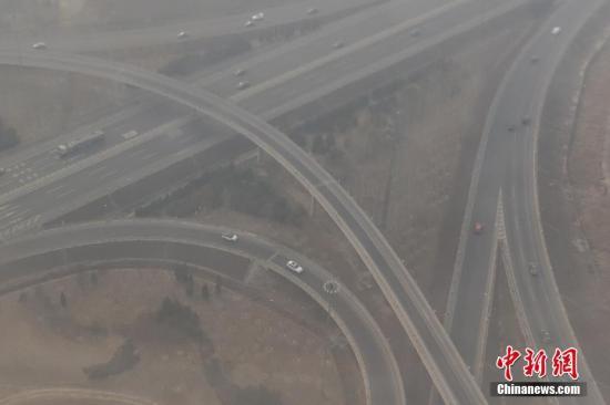 北京地区雾霾雾霾天气。 中新社记者 崔楠 摄