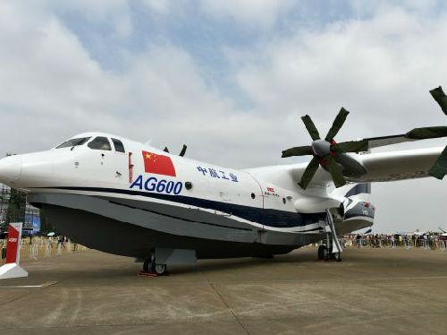 2016年10月30日,中国自主研制的大型水陆两栖飞机AG600亮相珠海航展静态展示区。新华社发