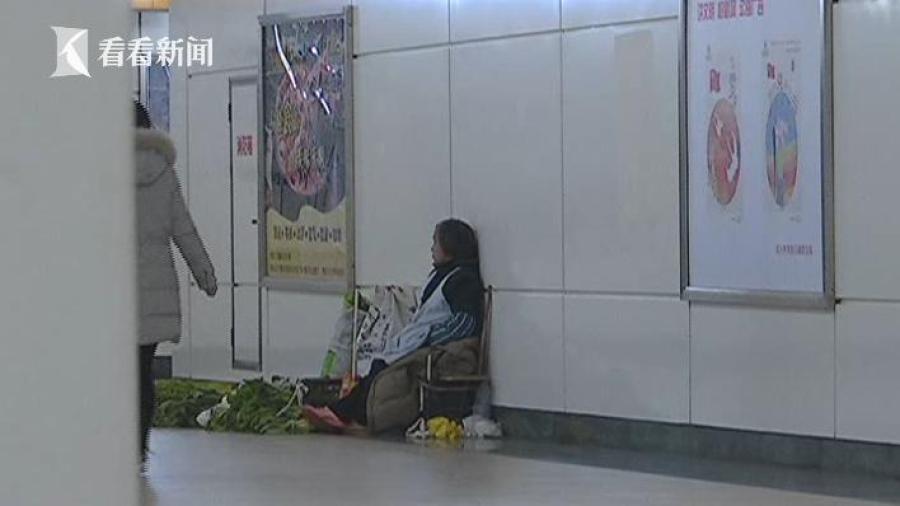 孟老太家住在皋埠镇郦家埭村,她的老伴在村里种菜,孟老太就坐公交把菜拿到城里摆摊售卖,因为这里人多,自家种的菜又少见。每天来这,要赶很远的路。孟老太一般在白天菜都卖不完,她会摆夜摊接着卖,直到卖完为止。