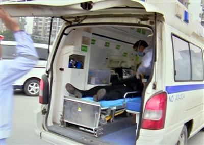昏迷的陈友被送上120救护车