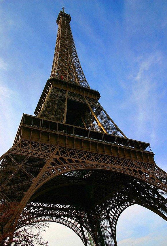 其顶部可不只有让人屏息的自然风光,还有秘密的公寓和书房。图片来源:AFP/Getty Images   家喻户晓的巴黎地标埃菲尔铁塔竟然也藏着不为人知的秘密?   曾经登顶欣赏城市美景的游客恐怕难以想象,自己离铁塔内部的秘密公寓仅有几步之遥。1889年,建筑师古斯塔夫埃菲尔为自己打造了一个秘密公寓,只有他本人方能入内。在经过一系列的翻新工作后,这个秘密公寓在最近已向公众开放,内部构造基本得以还原,公寓内还放有古斯塔夫父女及美国发明家托马斯爱迪生的蜡像。   纽约中央火车站的网球俱乐部