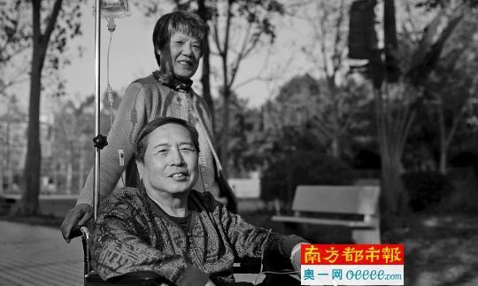 2月15日下午,为保存体力应对昨日的手术,辛玥坐轮椅晒太阳。妻子一直陪伴左右。