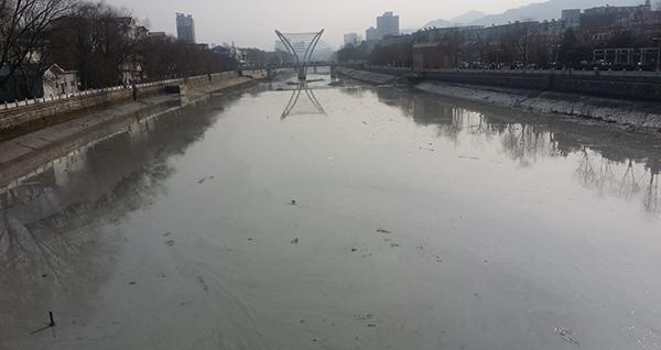 2017年2月15日,河南洛阳市水源河道伊河,河道受到污染。 东方IC 图