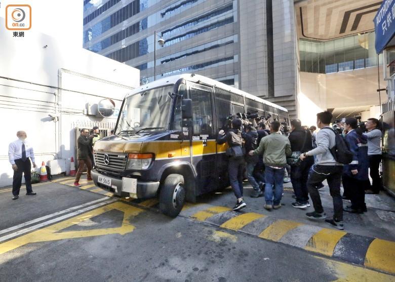 7警员今早被押解入庭