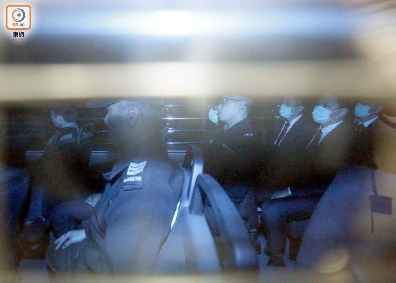 """法官判刑时称,警员执勤时犯法须判处阻吓刑罚,以防止他人仿效及避免损害公众信心。法官斥责被告不但令警队蒙羞,更损害香港声誉,即使各被告犯案是想制止曾健超的违法行为,他们当时又在非法""""占中""""行动期间承受沉重压力,但也不是袭击理由。法官表示,各被告是现役警员,执勤时犯案,当时事主已被绑手,被告仍恶意袭击,案情非常严重,故适宜判监,不宜缓刑。"""