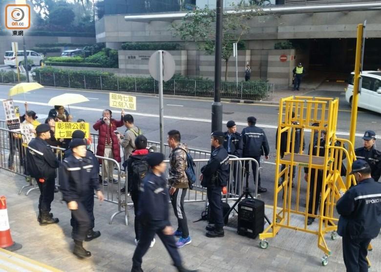 支持及反对警员的两批人在庭外示威,互相指责