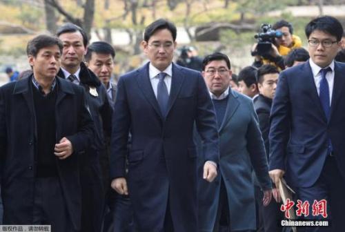 """韩媒指出,若李在镕最终在庭审中被捕,三星集团将面临史上首次总裁""""在狱中经营""""的危机。据悉,三星将在未来战略室的率领下做万全准备,在正式庭审中展开激烈争论。"""