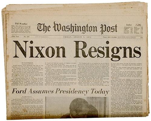 """1974年《华盛顿邮报》关于尼克松辞职的报道。该报以""""水门事件""""为题展开的调查报道是对尼克松政治生涯的致命打击。"""