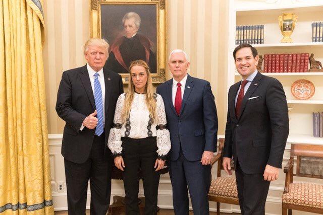特朗普在白宫会见委反对派领导人洛佩斯的妻子莉莲·廷托里(左二)