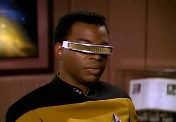 """现在,这款能帮助盲人提供""""视线""""的眼罩装置从科幻电影走到了现实。依靠增强现实技术的飞跃,美国一家名为eSight科技公司推出了一款能帮助低视力人群恢复视力的眼罩。"""