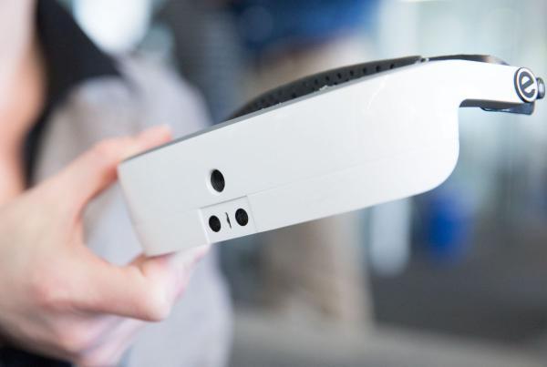 eSight推出的眼罩名为eSight 3,是这个公司的第三代产品。这款设备重量不到四分之一磅(1磅=0.45千克),可通过手持遥控器操作,通过相机系统捕捉外部环境,然后将其显示在眼罩内部的OLED屏幕上。低视力用户可以通过调高对比度,放大或者扩大视野等手段看清世界,而不需要接受外科手术。