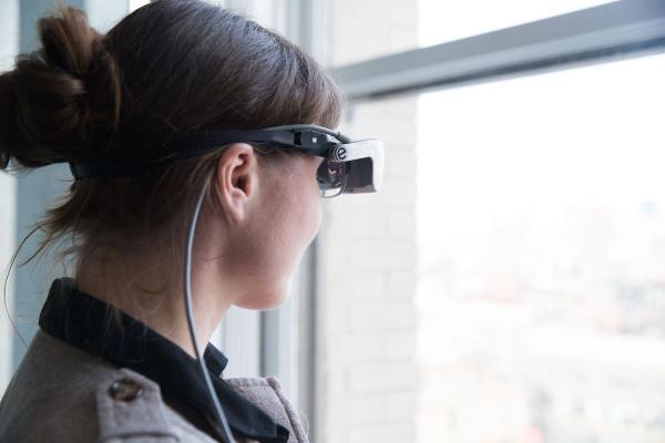 对于眼睛视力正常的人来说,带上后这款眼罩后感觉图像对比度非常高,可以自然地看到周边的环境。使用手持遥控器时,用户可以缩放和平移路牌的图像。