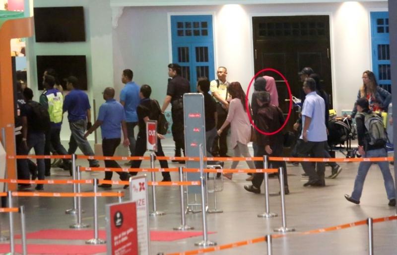国际在线消息:据马来西亚媒体报道,金正男遭毒杀案进入第五天,警方马不停蹄的加紧调查工作,一方面于今晨押着2名女杀手重返现场,演示行刺及逃走过程,另一方面则全面追缉4名男性的下落。