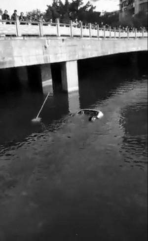 2月16日,大足55岁的李先生开车经历了生死一幕,由于自己技术不熟,错把油门当成刹车,驾车坠进河里,好在他及时自救游出了水面,被随后赶到的民警和消防官兵救上了岸。