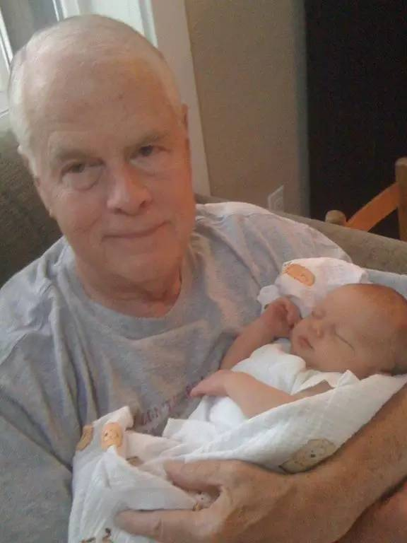 """""""四年前,父亲来看我刚出生的儿子,但回到家里几天之后,突然脑梗去世了。这张照片是他在去机场前拍的最后一张照片。"""""""