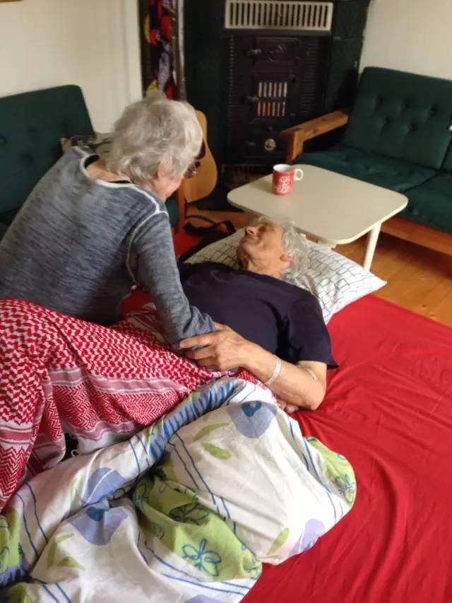 """""""我66岁的父亲在和我90岁的奶奶最后告别,几个小时后我父亲在卧室中离世"""""""