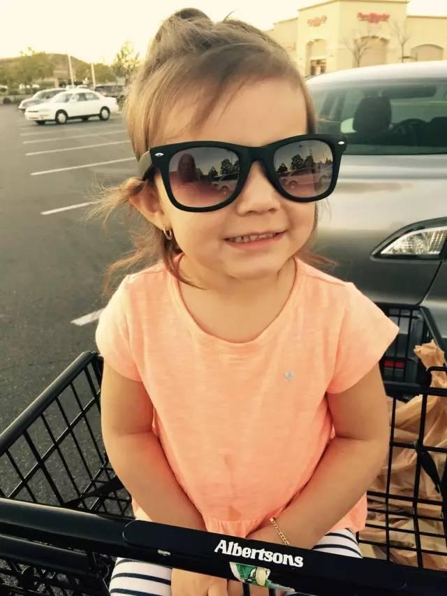 """""""这是我为我侄女拍的最后一张照片,两岁的时候,她在一个室内体育场中因为一次意外而丧生!"""""""