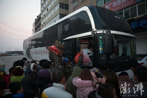 正月十六,早上6点,大批外出务工人员在响水滩街头挤上开往外地的大巴。