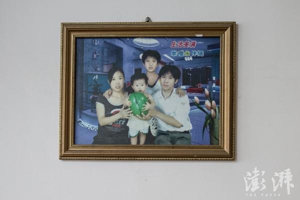 吕思琪和父母的第一张合影。当时她父母在泉州打工,把她带在了身边。