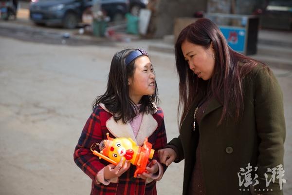 元宵节,吕思琪想买一个电子灯笼,母亲说她浪费钱,吕思琪有些生气。