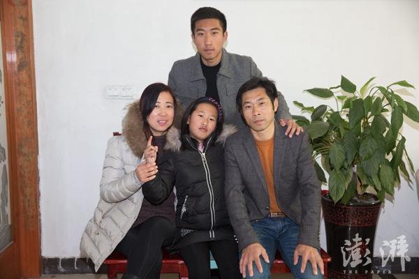 元宵节当天,吕思琪一家拍摄的全家福。