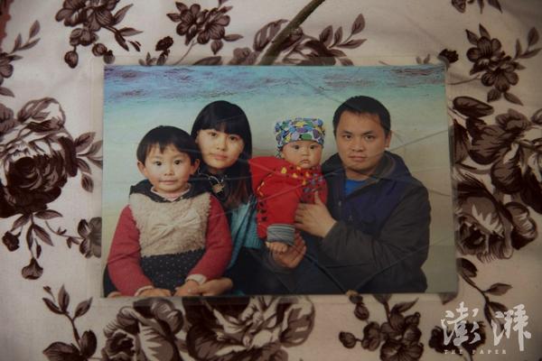 这张全家福是吕彤(左一)3岁时在杭州拍摄的,之后她就被送回了老家。