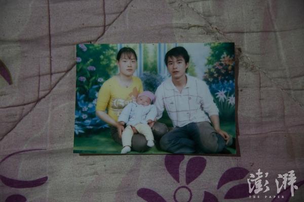 这张吕国锋3个月大的时候和父母拍的合影,也是他们唯一的一张合影。