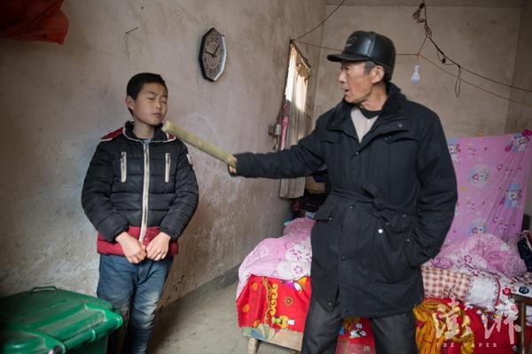 吕国锋拿了家里的钱,爷爷拿着竹条呵斥他,但是爷爷从来没有打过他。