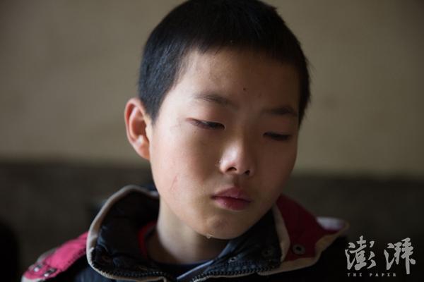 唯一让吕国锋比较难过的事情就是同学会开玩笑说他像乞丐。在学校里的时候,他喜欢在地上捡别人掉了的笔,他说自己的笔很难看,一说到这里,他就忍不住流泪了。