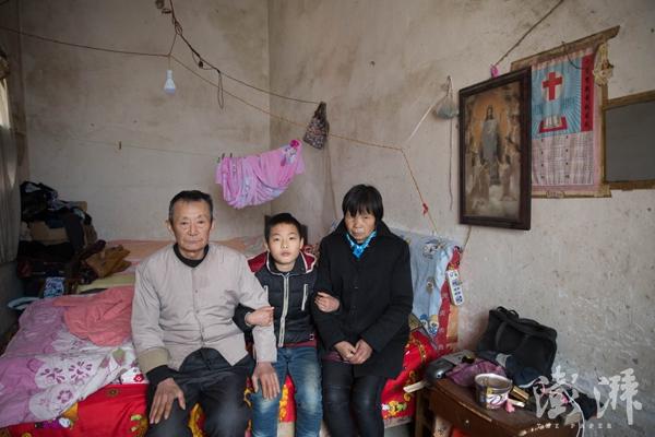 吕国锋和爷爷奶奶的合影。