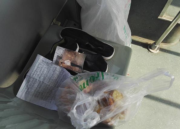 2017年2月15日,遗落在郑州81路公交车上的一个编织袋,里边有一封家信和一件棉衣和油炸的面团。 图片均来自 视觉中国 图