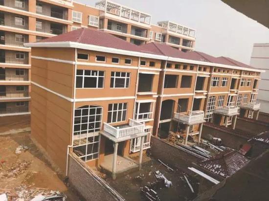 学校内违法建别墅。