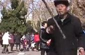 六旬老人花式打花棍
