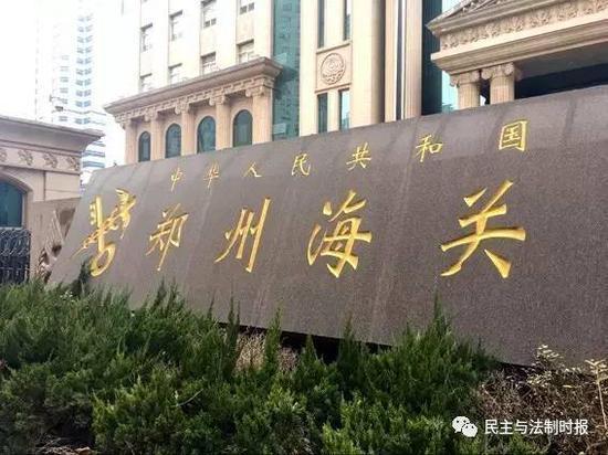 武汉一老人在郑州向美国邮寄古钱币时被逮捕,当事人原本要被判重刑,但案件侦破单位最后以撤案收场。老人在看守所度过了810天。日前,他向办案单位提出3450万元的国家赔偿申请。
