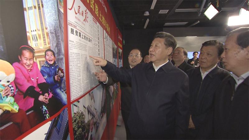 2016年2月19日上午,習近平先后來到人民日報社、新華社、中央電視臺三家中央媒體調研。在人民日報社,習近平觀看報刊展板。