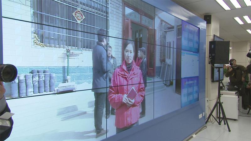 在新華社新聞信息發稿中心,習近平通過視頻和正在河南蘭考縣采訪的新華社記者連線。
