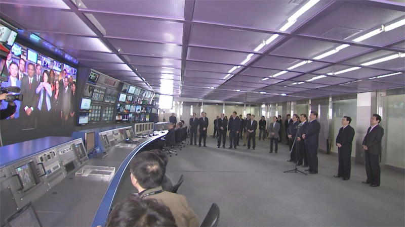 在中央電視臺,習近平通過視頻連線中央電視臺北美分臺負責人,詢問他們在外工作情況,希望他們傳播中國文化,講好中國故事。