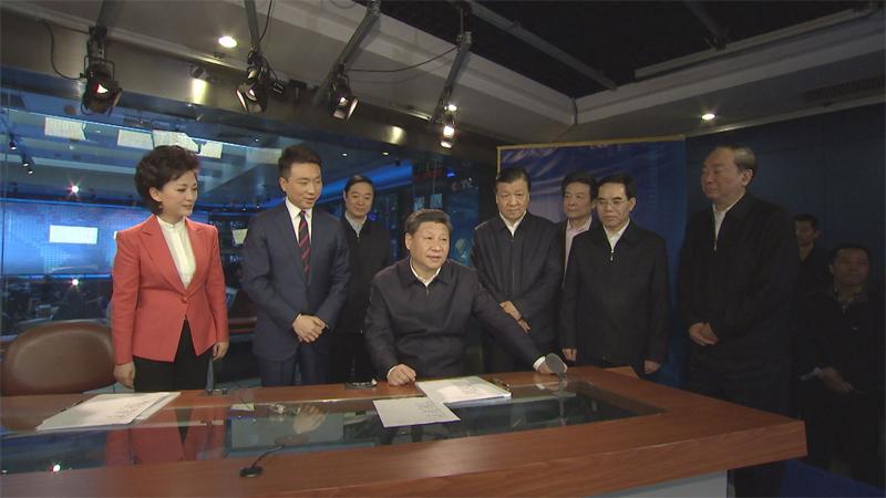 在中央電視臺《新聞聯播》演播室、導播室,習近平向主持人和工作人員了解新聞制播流程,并親自切換按鈕體驗模擬播出。