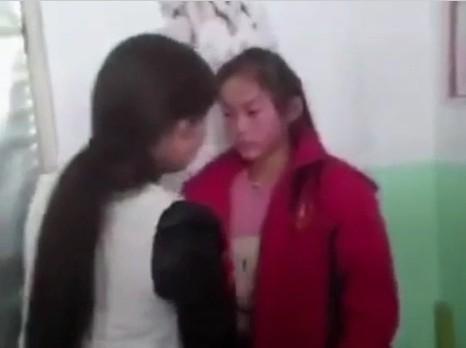 近日,山西晋中一中学女生在寝室遭遇同学索钱殴打。 视频截图