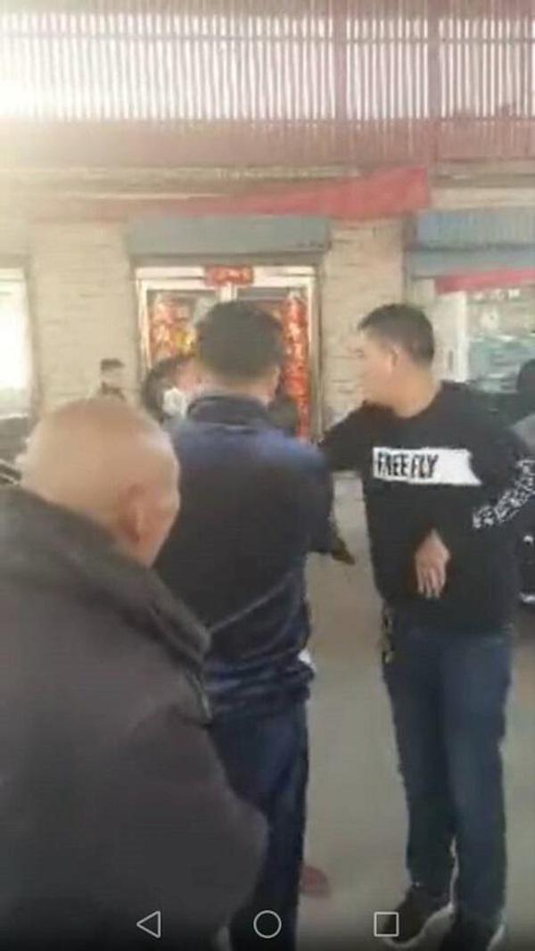河南太康县一民警酒后在加油站滋事,已被行政撤职并拘留