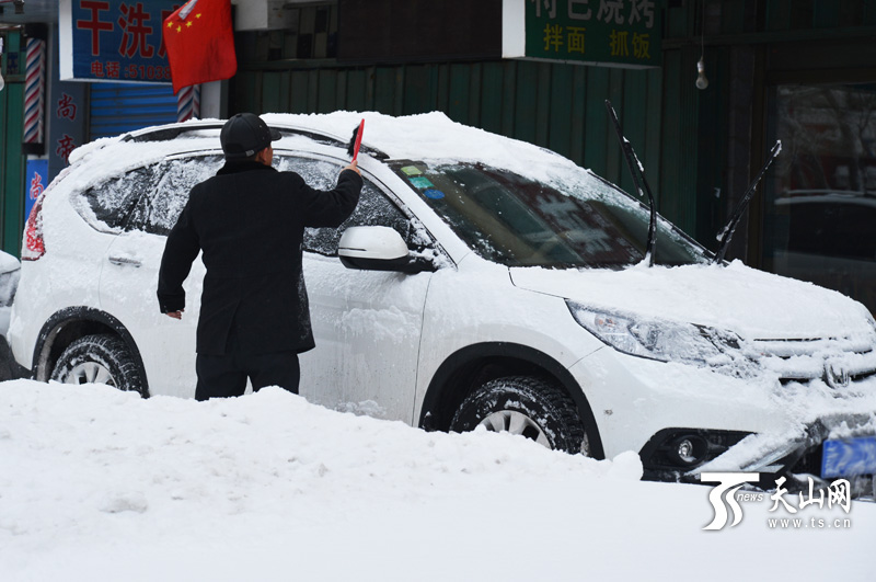 """19小时大雪袭城 乌鲁木齐开启""""刨""""车模式(图"""