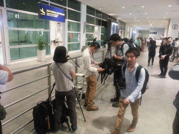 图说:现场有大量等待的媒体记者