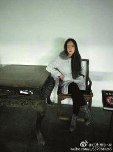 华商报安康讯(记者 王斌)参观博物馆时,不顾警示标志翻越护栏,并坐在展品中的一把清末太师椅上留念,女孩将照片发到自己的微博上后遭网友举报。