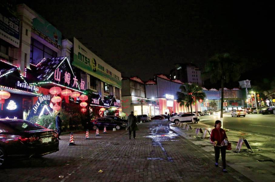 2017年2月11日,东莞东城酒吧街萧条不少。(郑浩 摄)