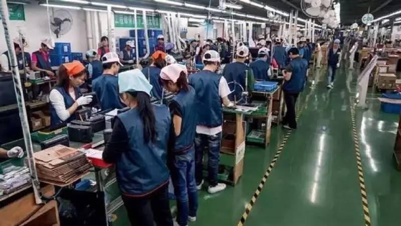 """在星级酒店占领东莞前,这里最出名的是""""世界工厂""""。服装、玩具、电器产品从东莞发往全球。以清溪镇为例,此地是世界电脑制造业的核心,PC时代,全世界每10台电脑,就有5台产自这里;全世界每10台电脑,就有7台的外壳是清溪生产的。王见智说,那时的东莞,遍地黄金。"""