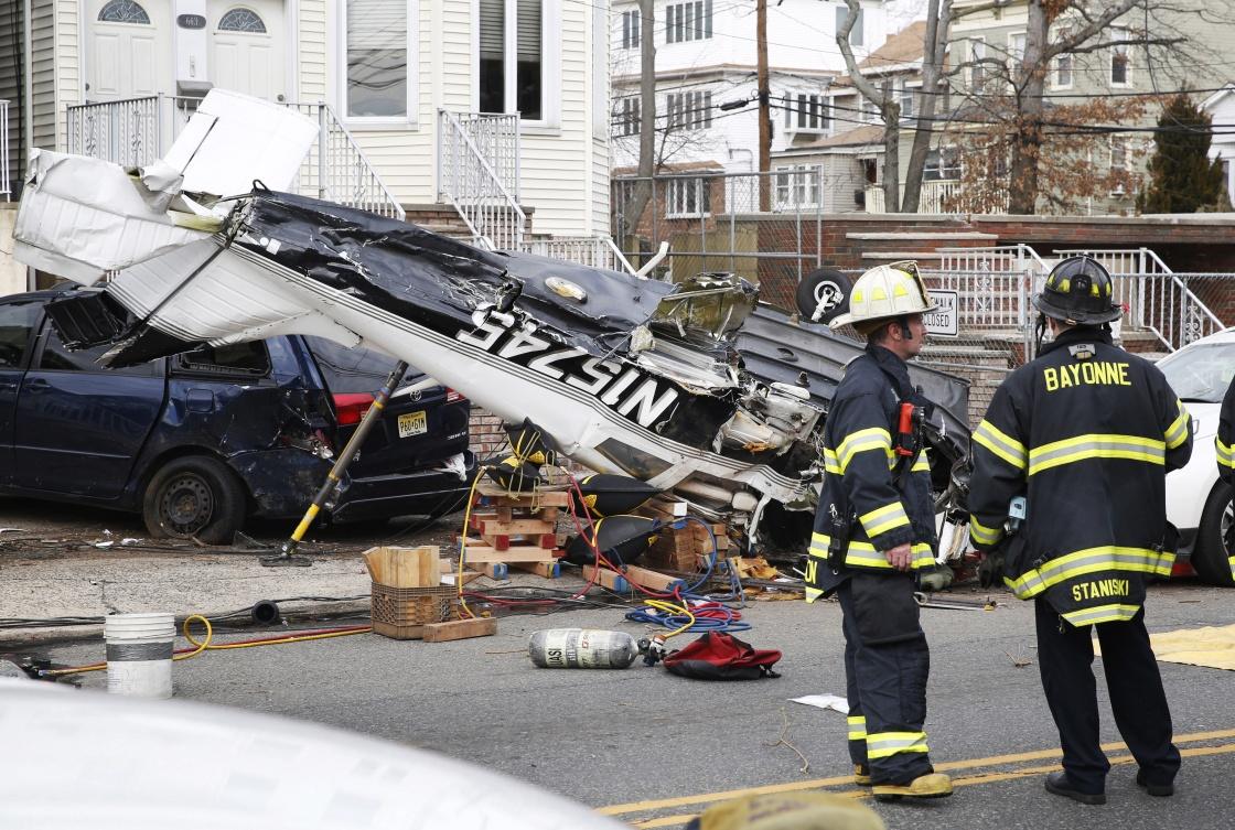 美国新泽西州一架飞机掉落在了大街上 (组图)