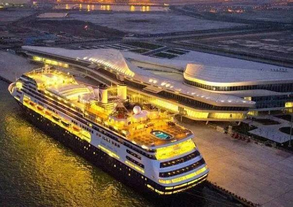 天津国际邮轮母港于2010年6月26日正式开港,规划面积120万平方米,规模居亚洲首位.2016年,天津邮轮母港共接待142个艘次的71.5万游客,其中70%-80%游客来自京津冀三地及周边省份.