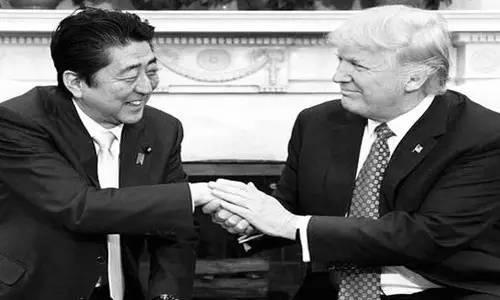 本来来访者还应包括墨西哥总统培尼亚·涅托的。但特朗普签署行政令称要在美国和墨西哥之间建墙,还要向墨西哥出口到美国的商品加征20%关税的行为惹怒了墨西哥人。