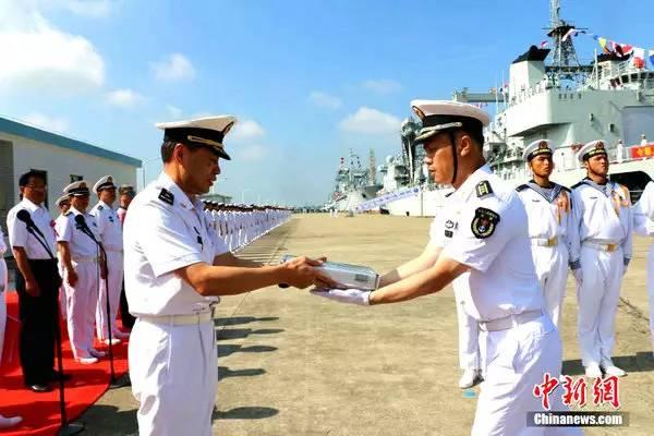2016年7月15日,国家自行描制作作的新式近海归纳补给舰洪湖舰、骆马湖舰出列定名典礼在广东湛江某军港举办。时任南海舰队司令员沈金龙(左)为新舰授舰徽。