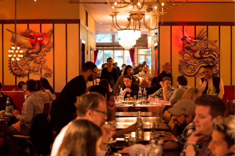 海外中餐馆的装修风格,大红灯笼和龙纹图案都是必备元素。